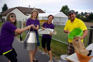 Trois bénévoles et un membre du comité s'amusent!