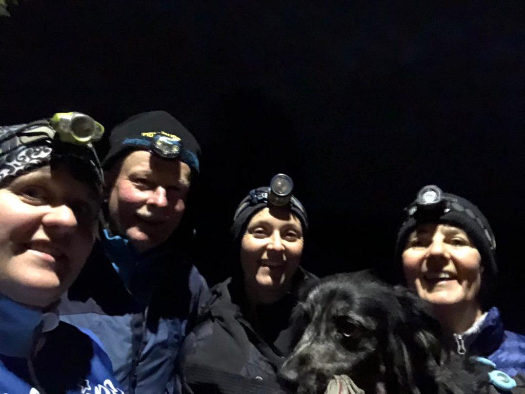 Equipe Nordic Walking de nuit, avec lampes frontales